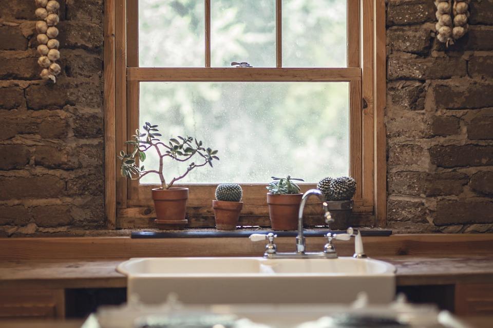 drevené okno, múrovaná stena
