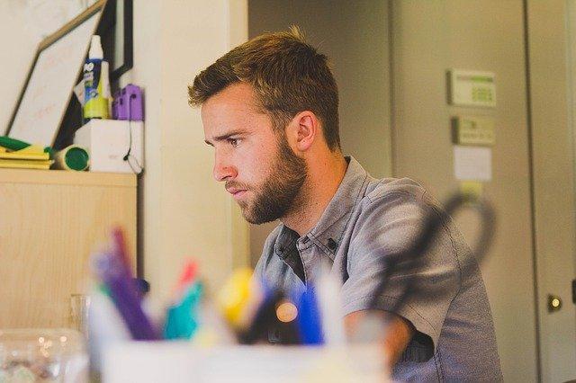 muž v kanceláři