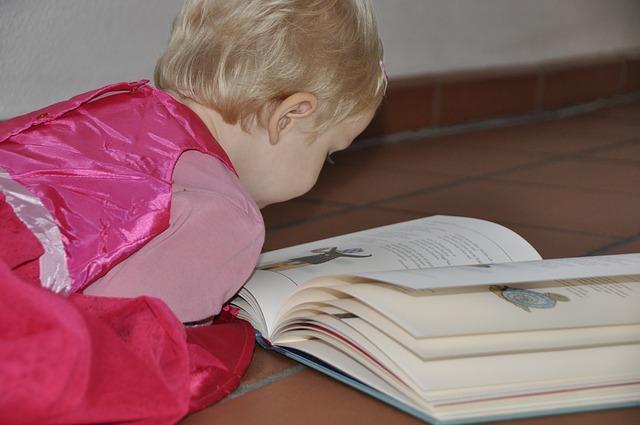 holčička nad knihou