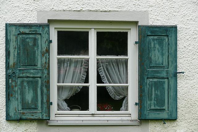 záclony v okně.jpg